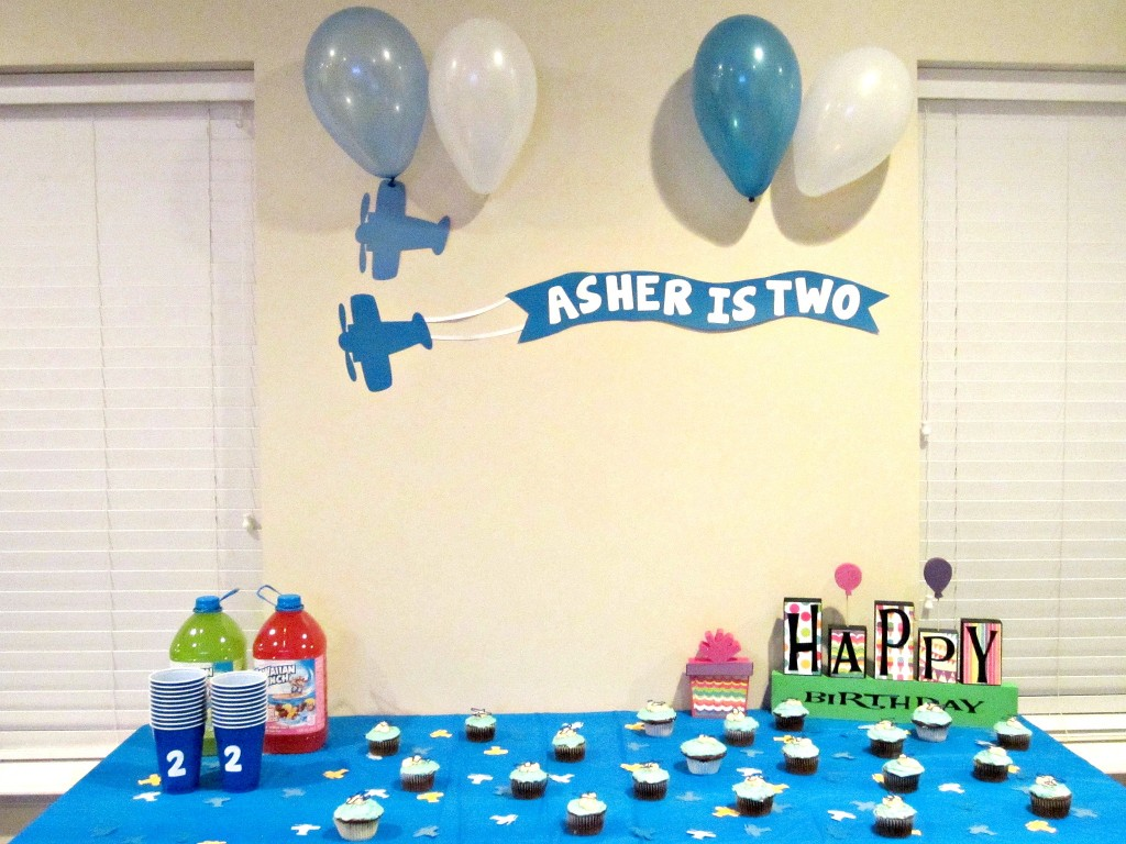 Airplane birthday party love to be in the kitchen for Airplane party decoration